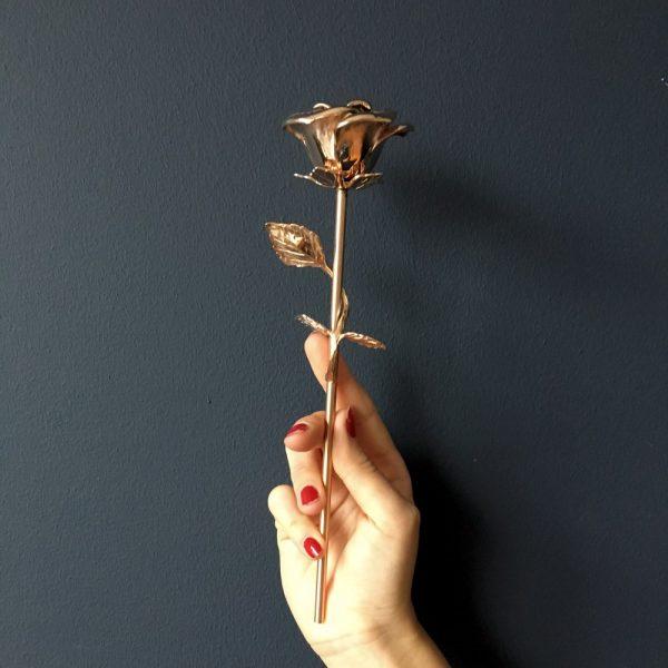 mini-urn-roos-rose-hand