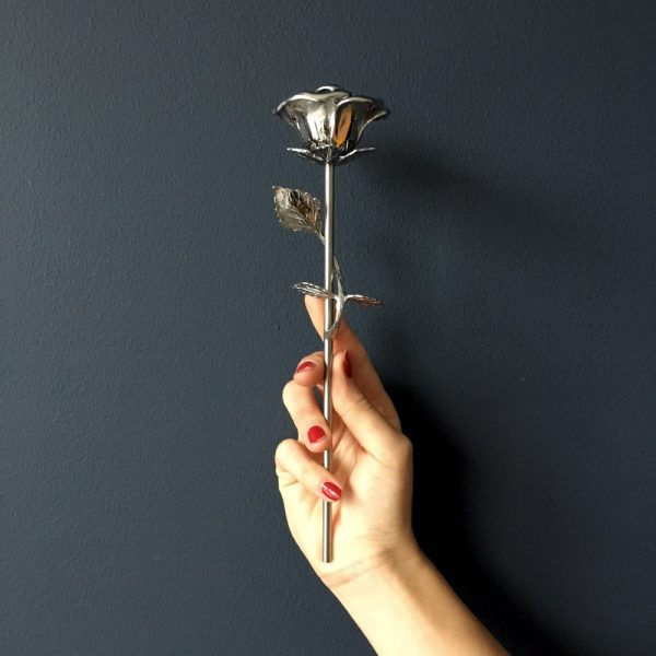 mini-urn-roos-zilver-hand