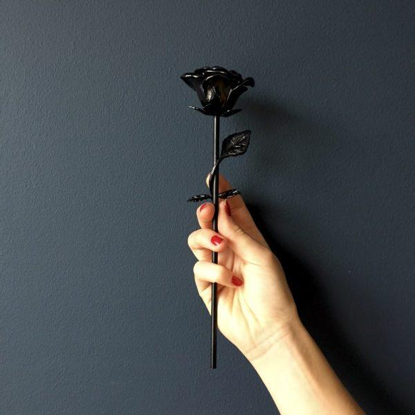 mini-urn-roos-zwart-hand