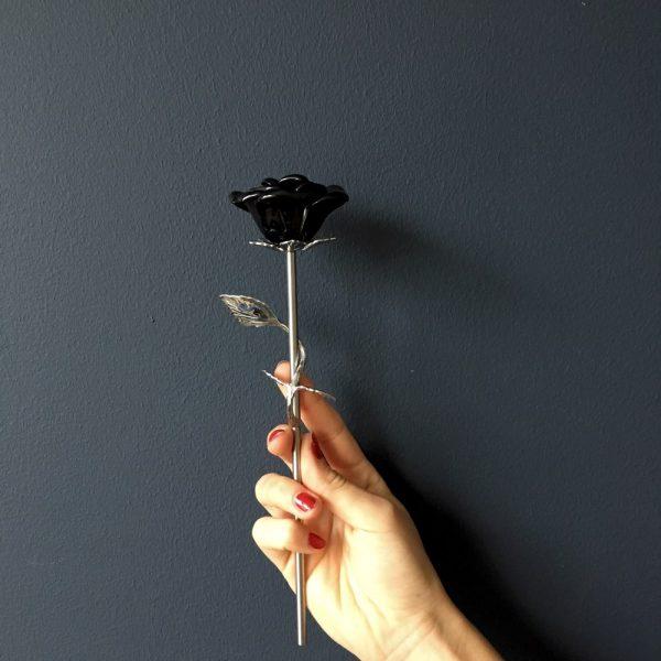 mini-urn-roos-zwart-zilver-hand