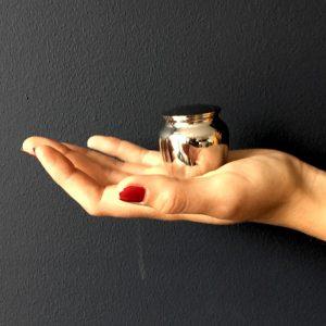 mini-urn-zilver-klassiek-klein-hand