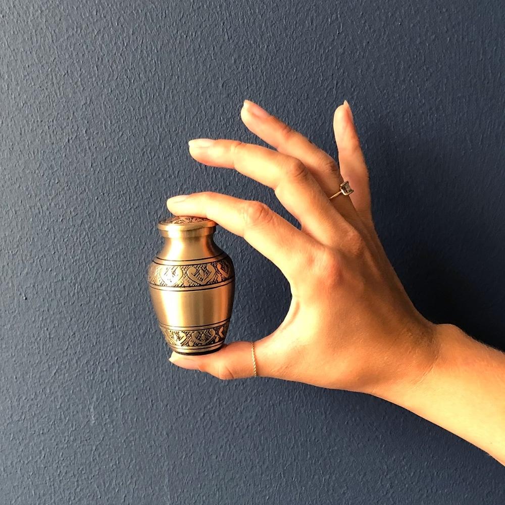 Mini urn messing design met gravure hand